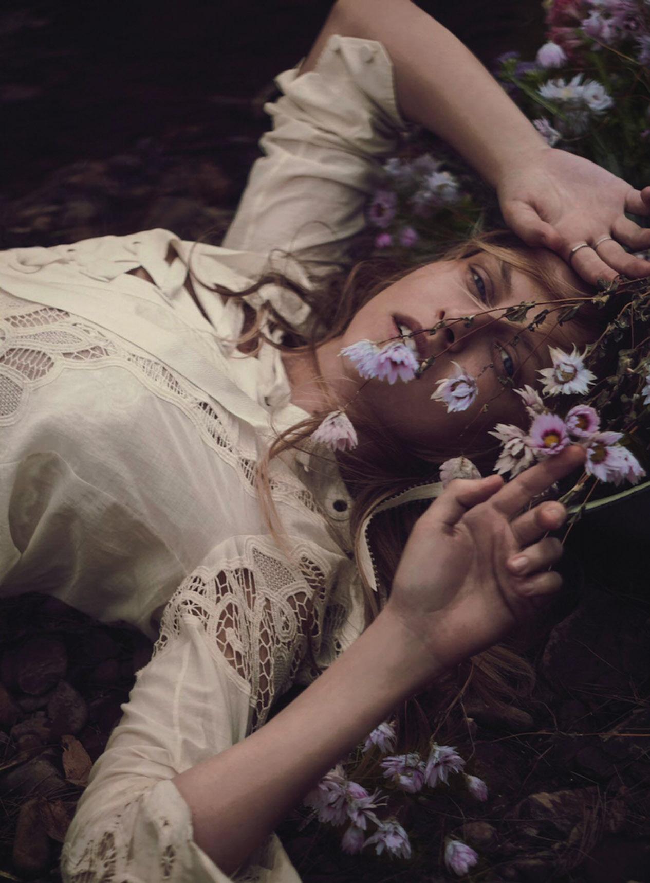 топ, Gucci; кольцо из белого золота с брильянтами и кольцо из платины, Kalmar Antiques; цветы, Grandiflora
