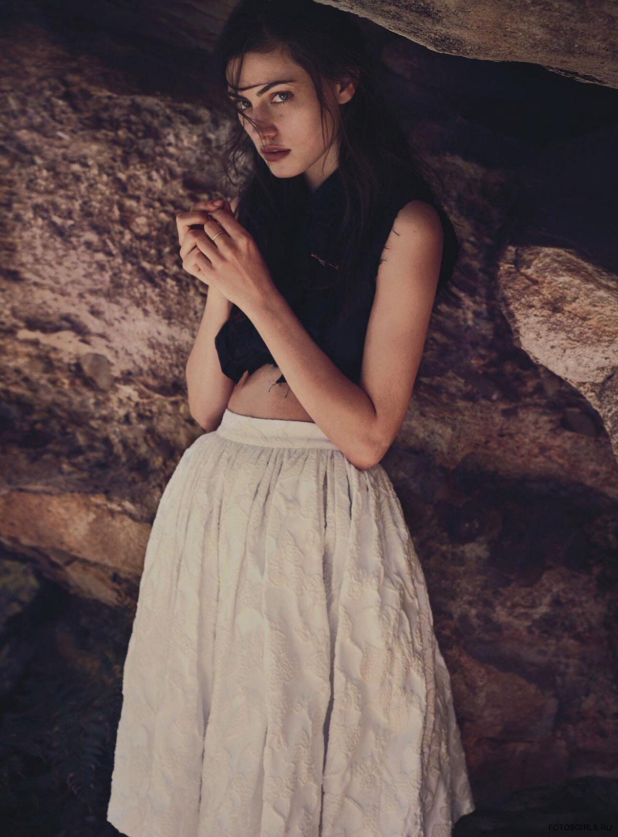 топ и юбка, Miu Miu; винтажная брошь, Kalmar Antiques; кольцо, Tiffany & Co.