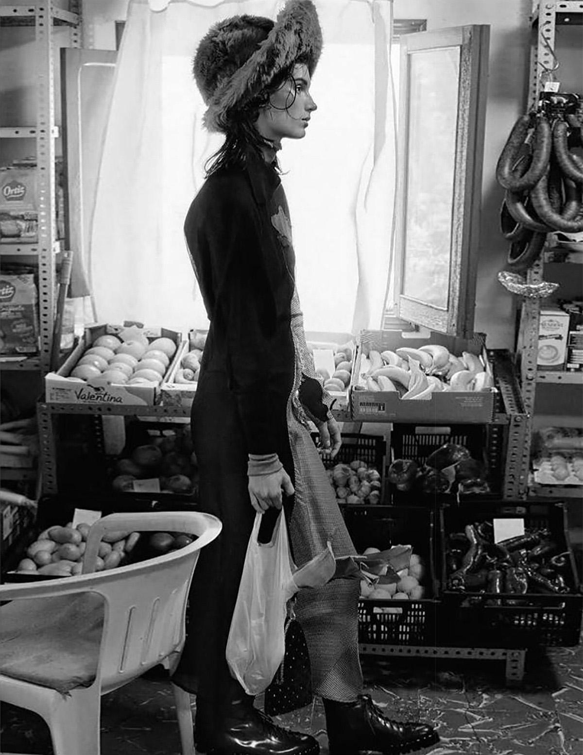платье из шерсти, Acne Studios; шляпа, Miu Miu; сумка из бархата с декором из цветных кристаллов, Giorgio Armani; ботинки, Valentino Garavani