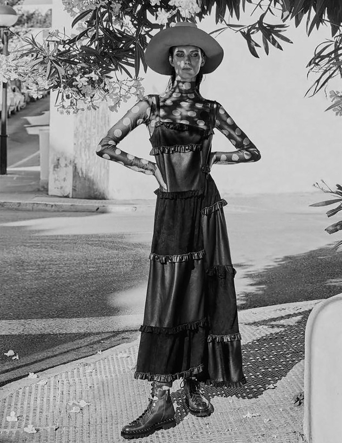 топ, платье из кожи наппа и замши, шляпа, Loewe; ботинки, Valentino Garavani
