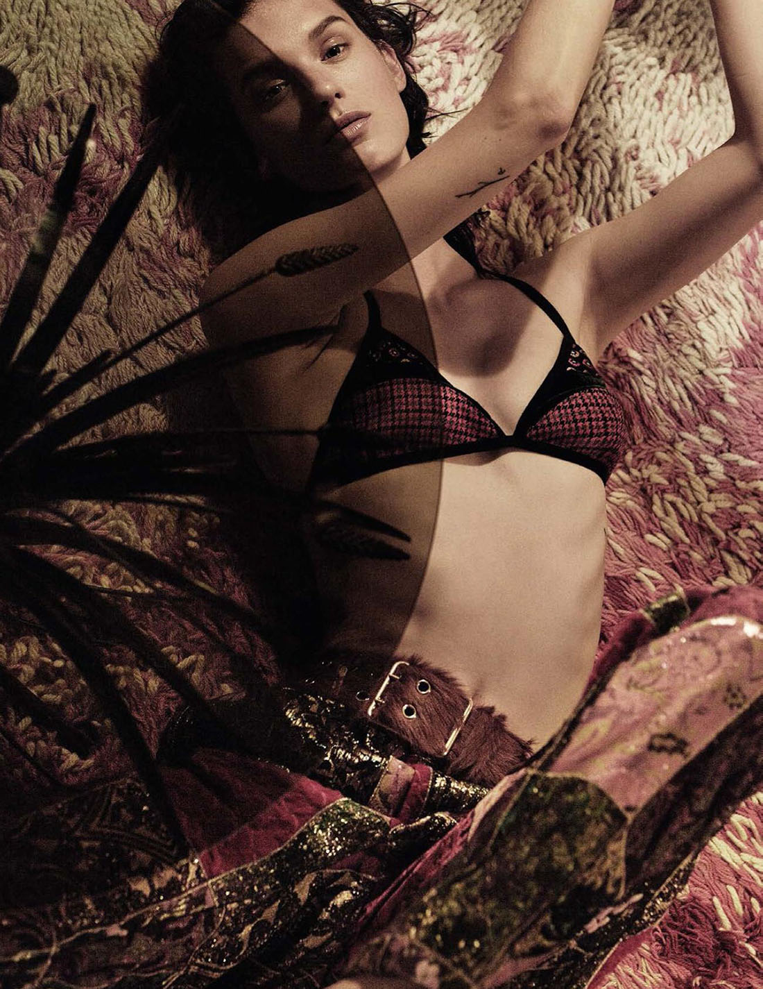 бра пэчворк из хлопка, Etro; брюки пэчворк, Dolce & Gabbana; ремень, Prada