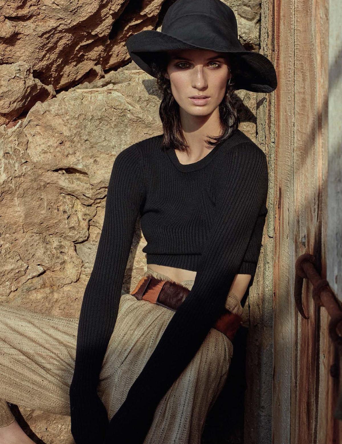 кроп-топ из шерсти мериноса, Michael Kors Collection; брюки из шелка, Mes Demoiselles Paris; шляпа, Holland & Holland; ремень, Prada