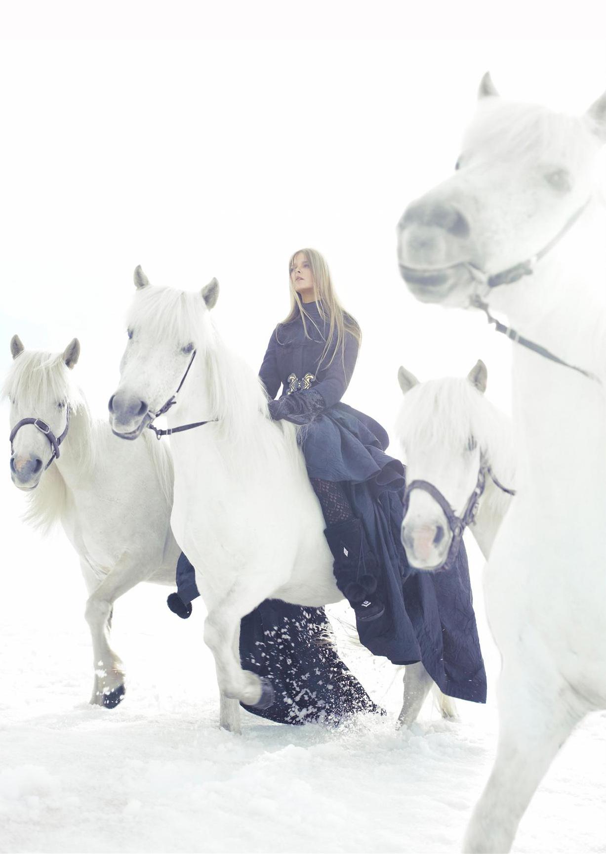 пальто, Prada; платье, Donna Karan; свитер, Louis Vuitton; перчатки, Jean Paul Gaultier; сапоги, Manitobah Mukluks
