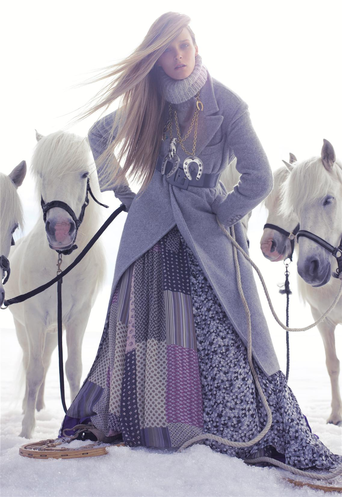 пальто, свитер, Ralph Lauren; платье, Etro; ремень, Yves Saint Laurent; колье, Véronique Leroy; перчатки, Dolce & Gabbana; сапоги, Manitobah Mukluks