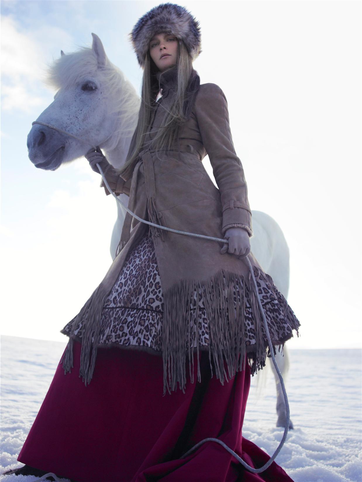 пальто, юбка, Alexander McQueen; платье, Carolina Herrera; шапка, Missoni; перчатки, DKNY; сапоги, Manitobah Mukluks