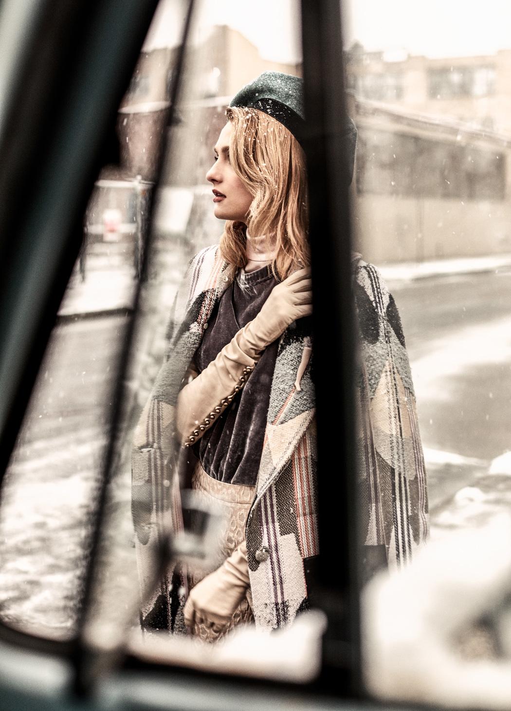 пальто, Georgine; водолазка, Victoria Hayes; топ, Calvin Klein; брюки, Just Cavalli; лоферы на каблуках, Gucci; берет, Donna Karan;  перчатки, LaCrasia; брошь, винтаж