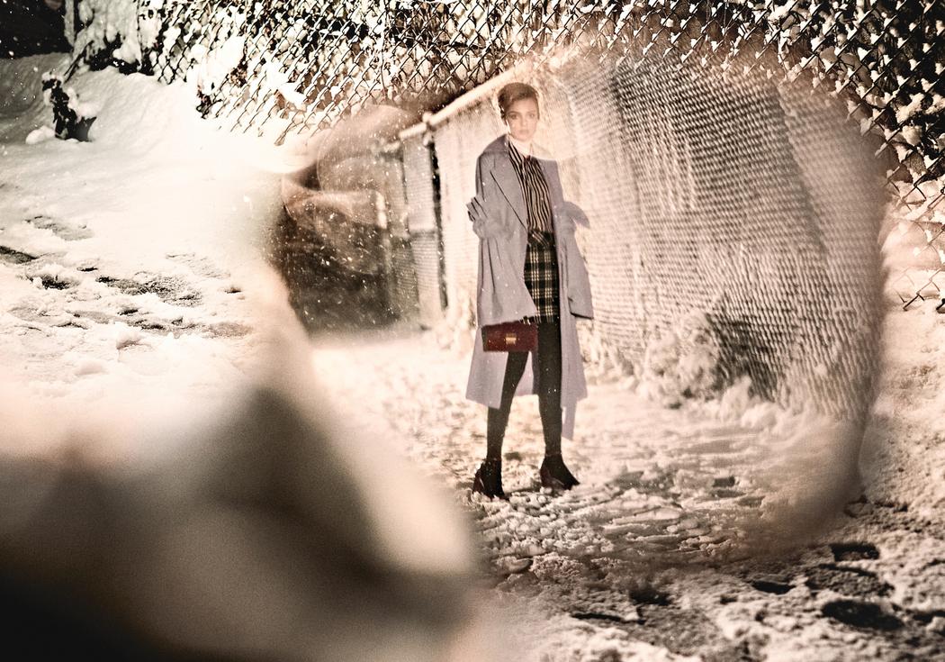 тренчкот, водолазка, Victoria Hayes; рубашка, Nili Lotan; юбка, J.Crew; сумка, винтаж; колготки, Wolford; ботильоны, Stuart Weitzman