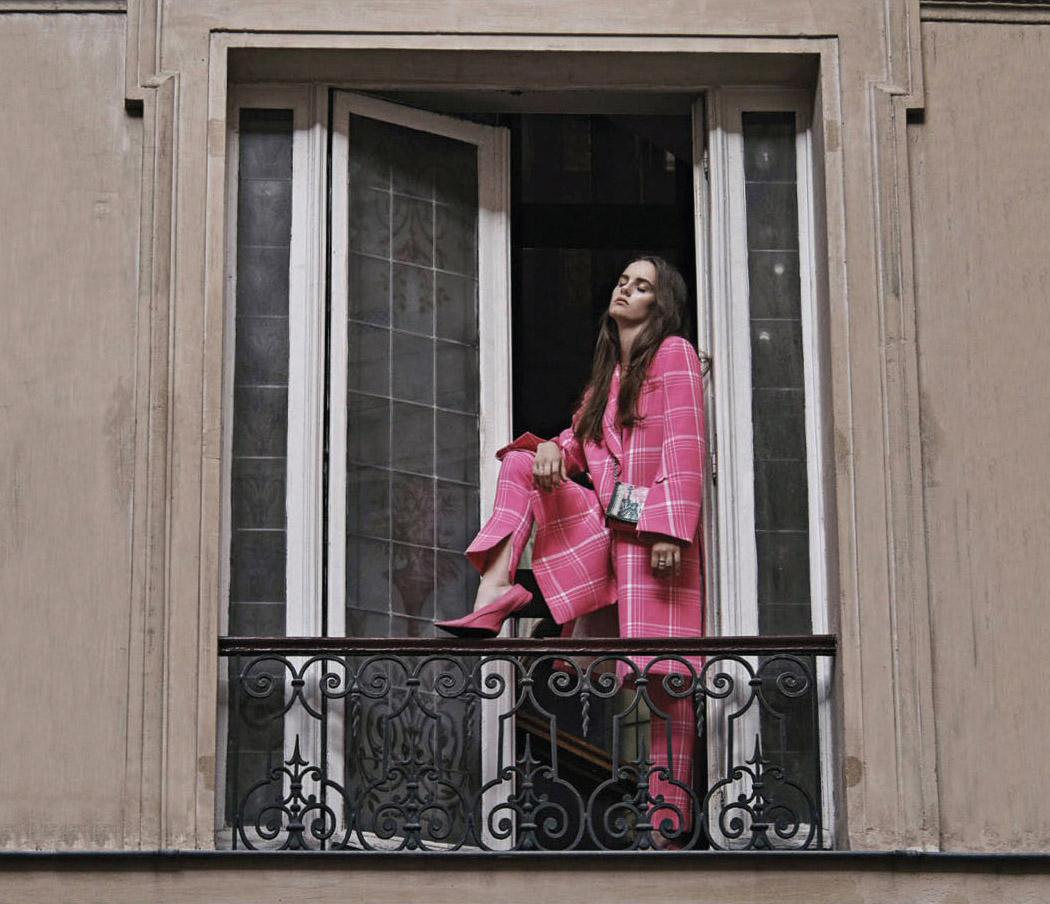пальто, брюки, Fendi; туфли, сумка, Balenciaga; кольца, серьги, Repossi