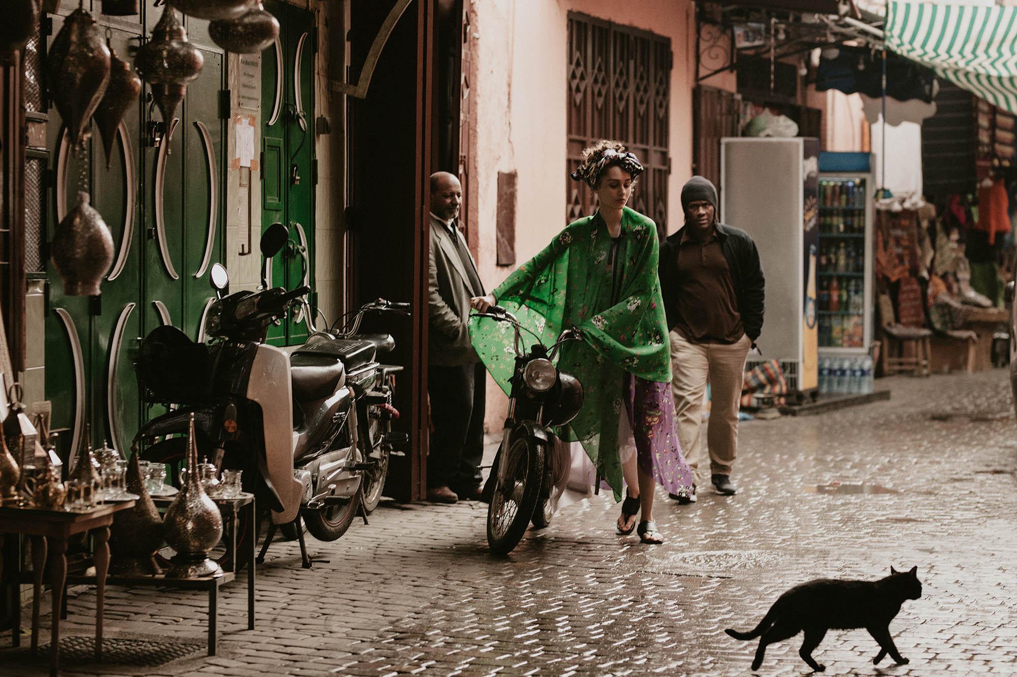 платье, Zadig & Voltaire; блузка, надетая как чалма, Chaos by Marta Boliglova; сандалии, Sportmax