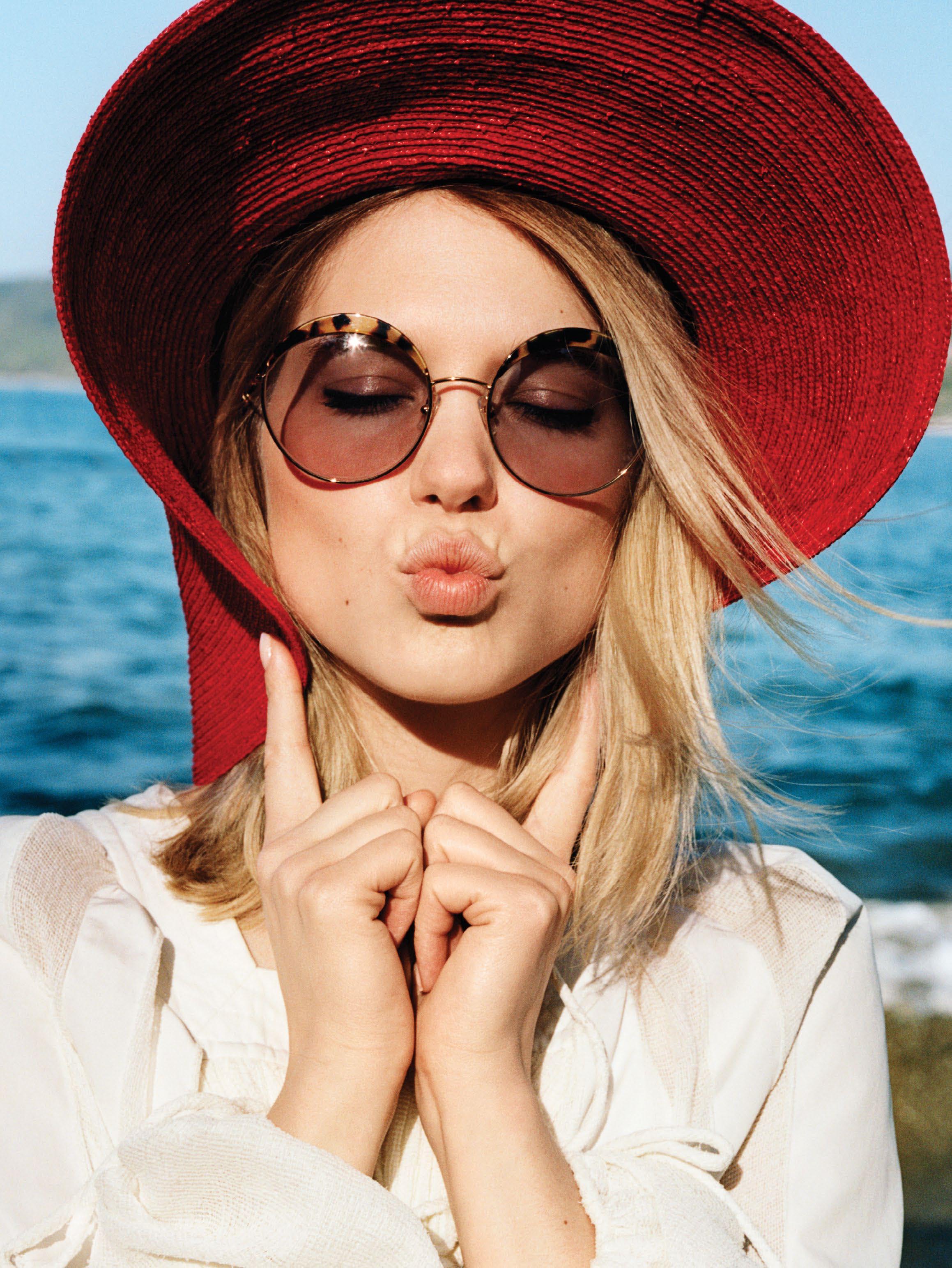 соломенная шляпа, Patricia Underwood; солнцезащитные очки, Miu Miu; блуза в крестьянском стиле из шелковой марлевки, Chloé