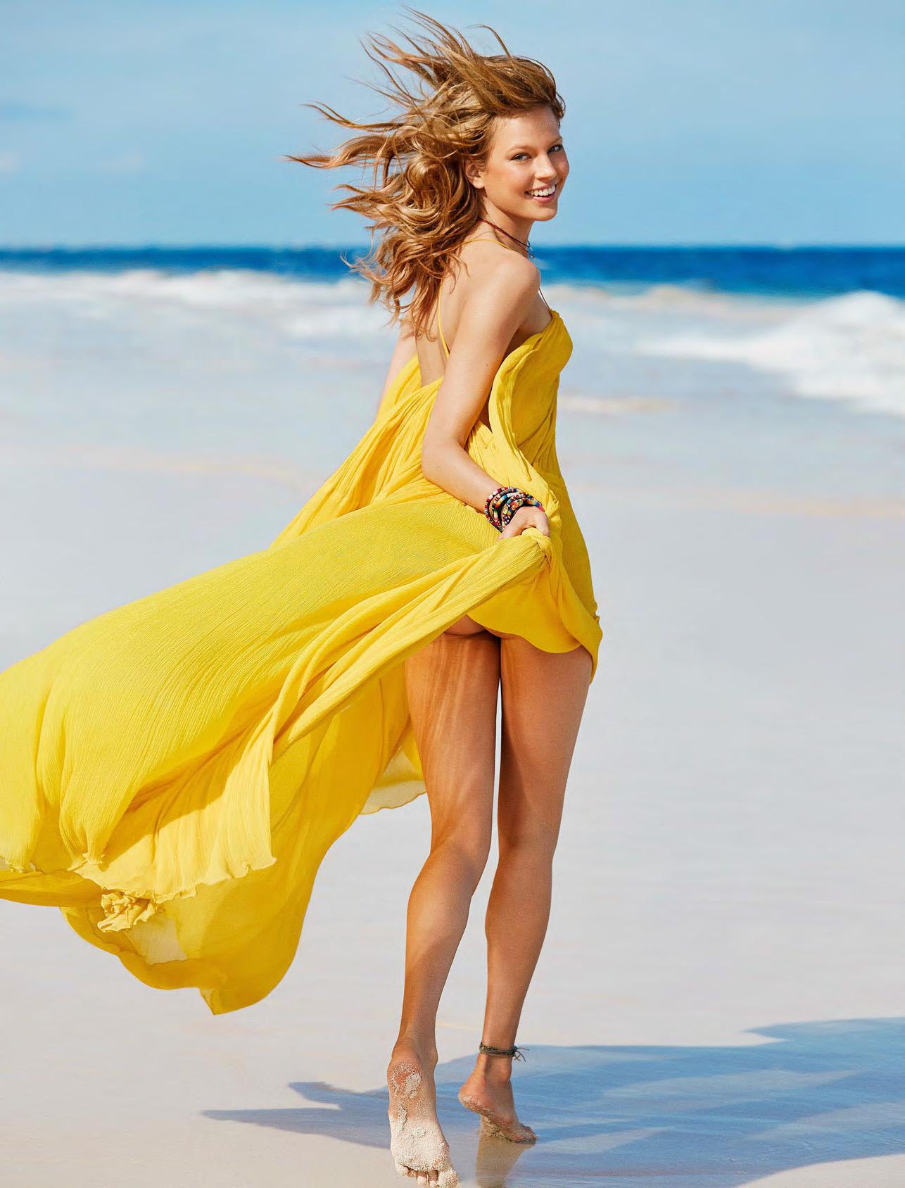 платье, Chloé; браслеты Summer Lover, Frankie by Melissa; браслет на ноге, Pascale Monvoisin