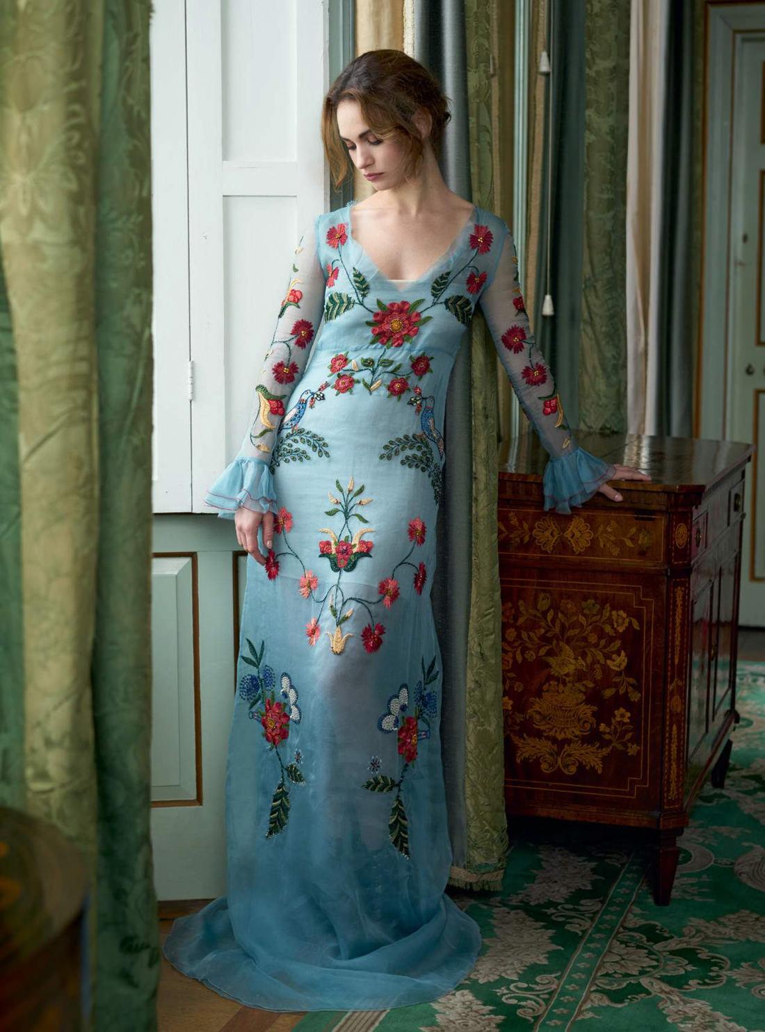 вышитое платье из шелка и органзы, Gucci; сапоги, Christian Louboutin