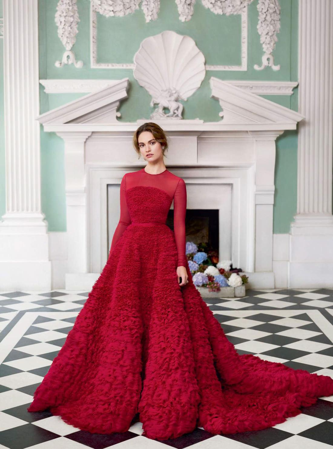 платье из шелкового шифона, Ralph & Russo; серьги из платины и бриллиантов, Tiffany & Co; кольцо из белого и розового золота, сапфиров и бриллиантов, Chanel Fine Jewellery