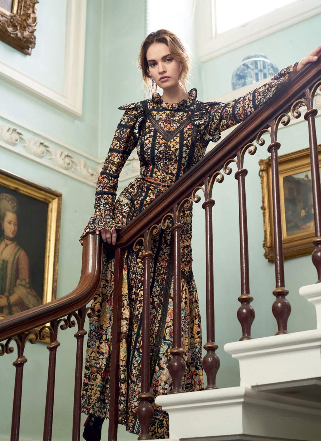 платье, Louis Vuitton; сапоги, Сhristian Louboutin; серьги из белого золота, сапфиров шпинели и бриллиантов, Chanel Fine Jewellery