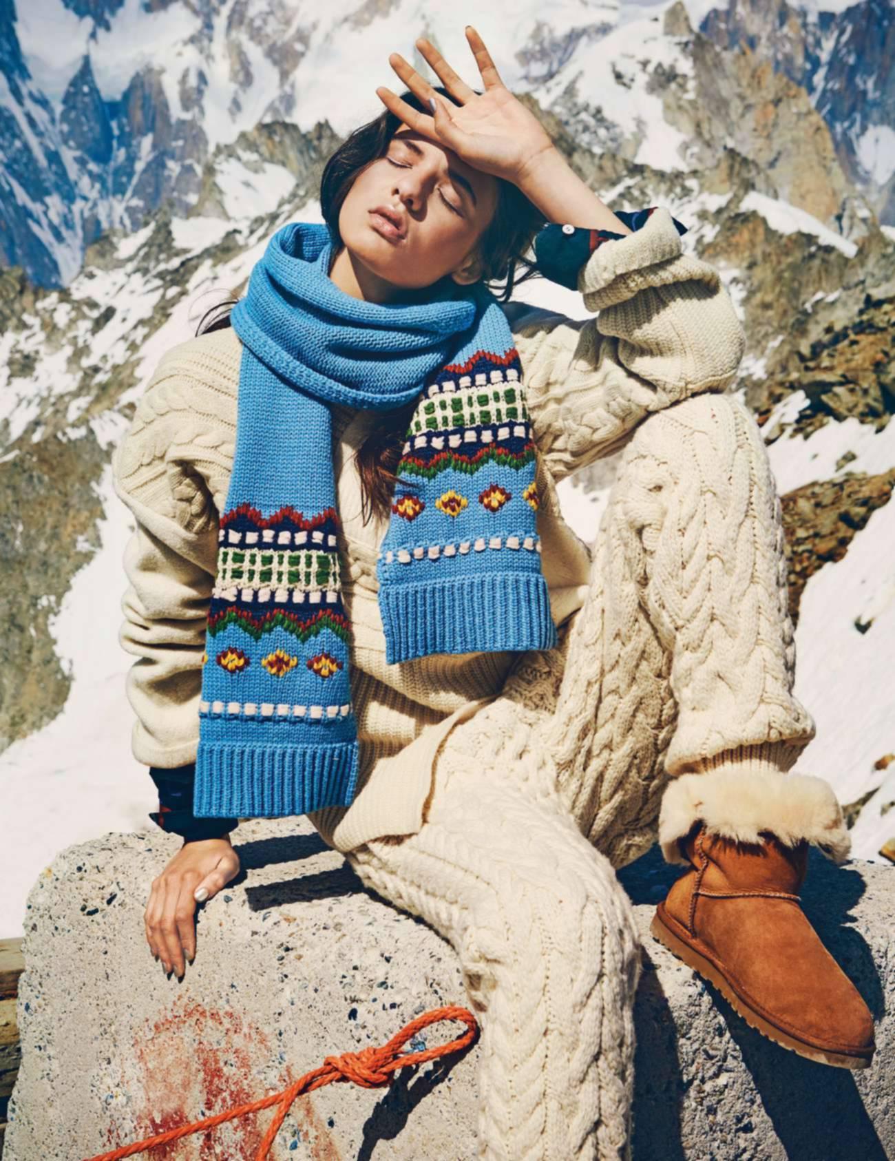 свитер и брюки из шерсти, Joseph; рубашка, Isabel Marant; вышитый шерстяной шарф, Chanel; угги, UGG
