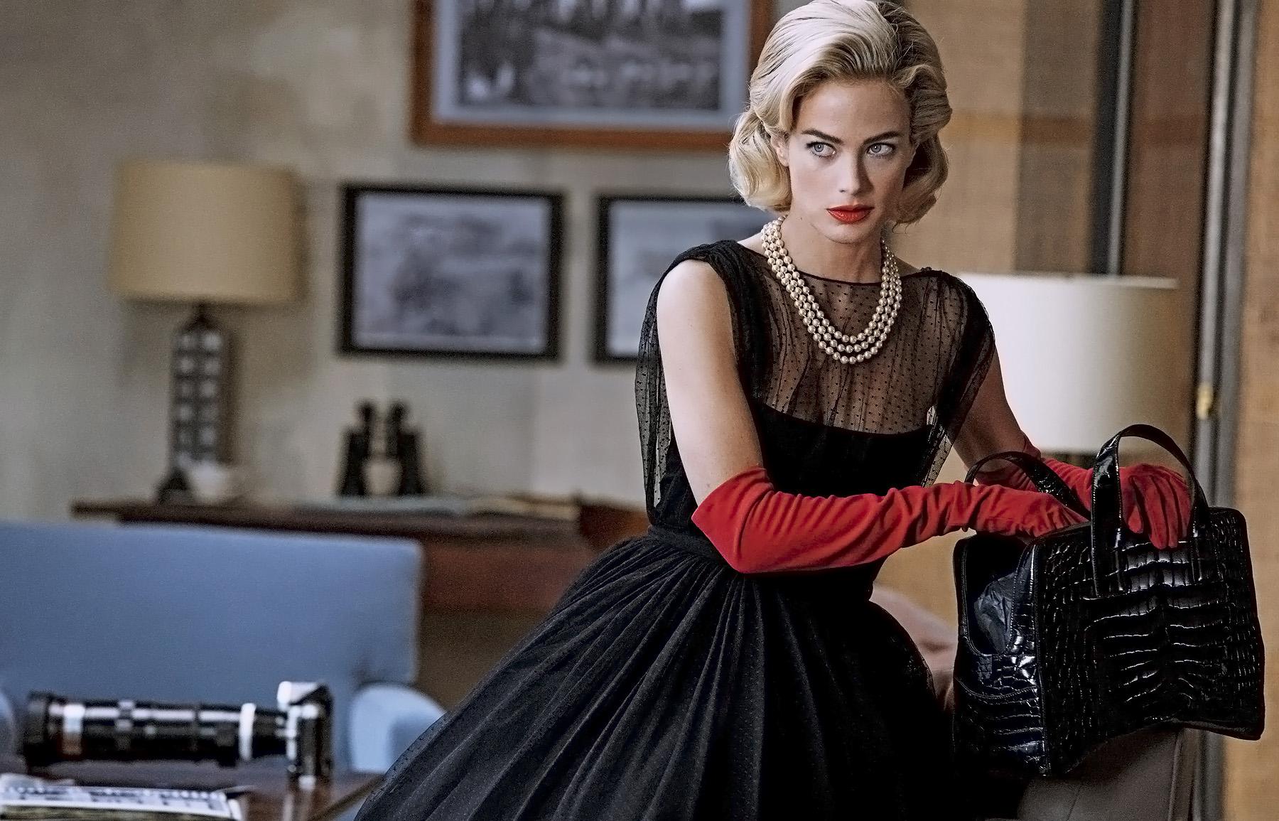 платье, Gucci; перчатки, Carolina Amato; жемчужное ожерелье, House of Lavande; сумка, Prada
