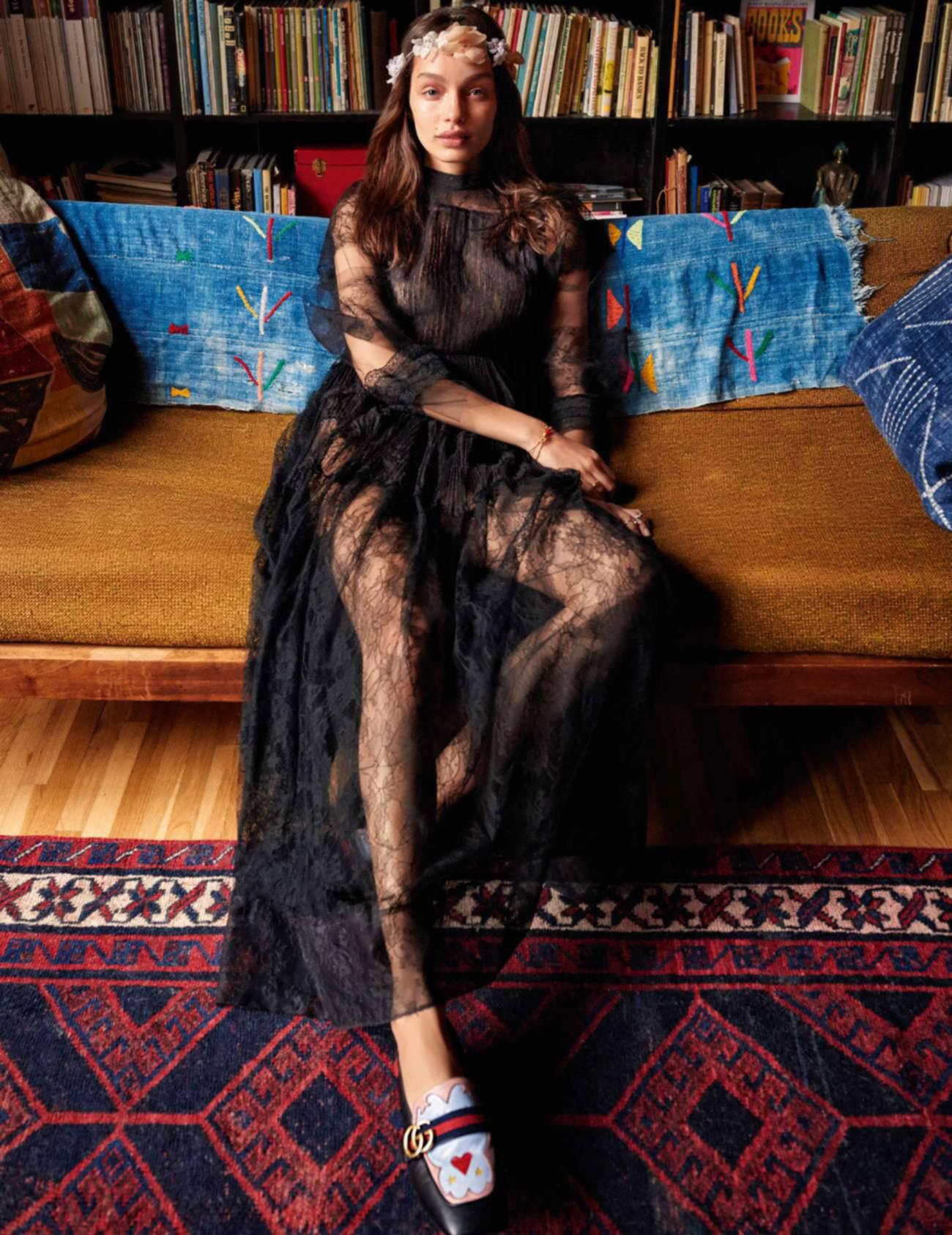 платье из кружева, Valentino; тиара, Delphine Manivet; мокасины, Gucci; браслеты на правой руке, Delfina Delettrez; кольцо, Repossi; кольца на левой руке, Chrome Hearts