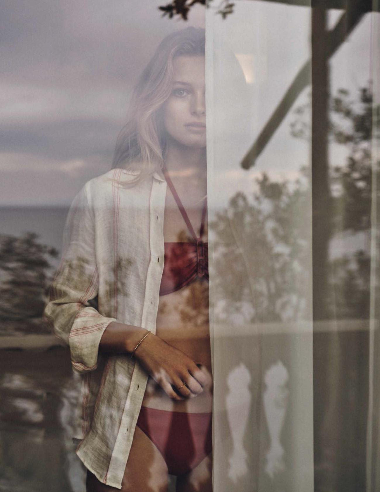 бикини, Hermès; льняная рубашка, Masscob; кольцо, браслет, Oui Petit