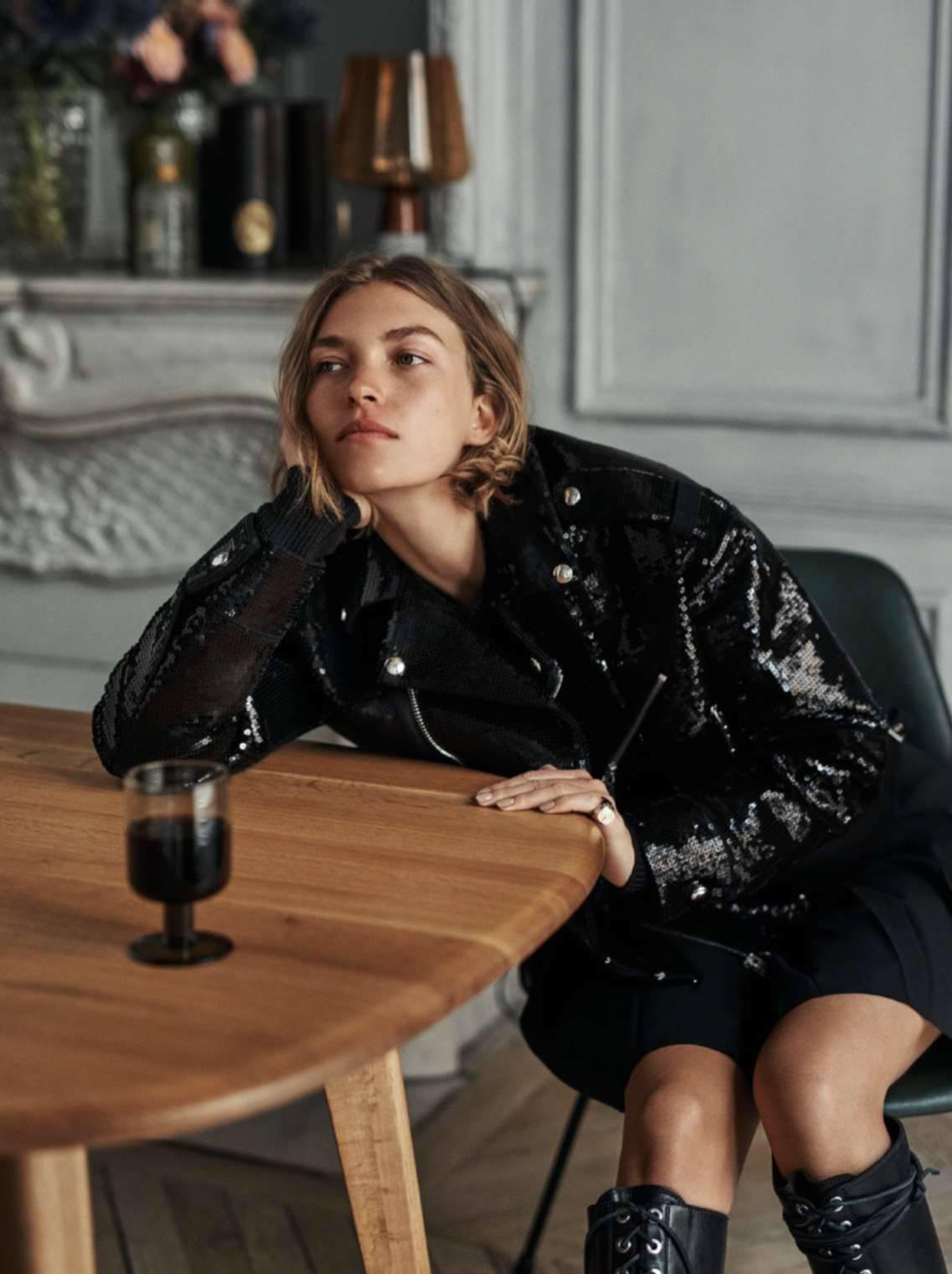 куртка оверсайз, свитер из хлопка, юбка, сапоги, Diesel Black Gold; кольцо-печатка из золота и серебра, Louis Vuitton