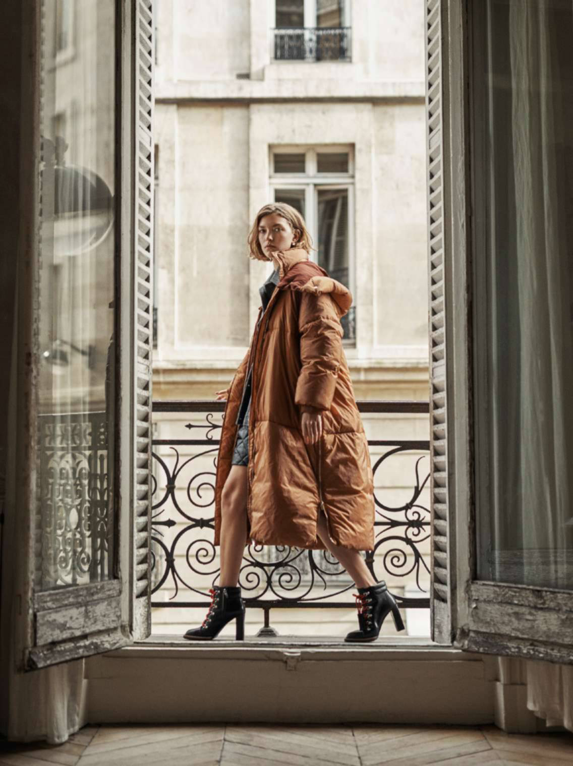 пуховик, шерстяной жакет, шорты, Stella Mccartney; серьги, Dior; ботильоны на шнуровке, Tod's