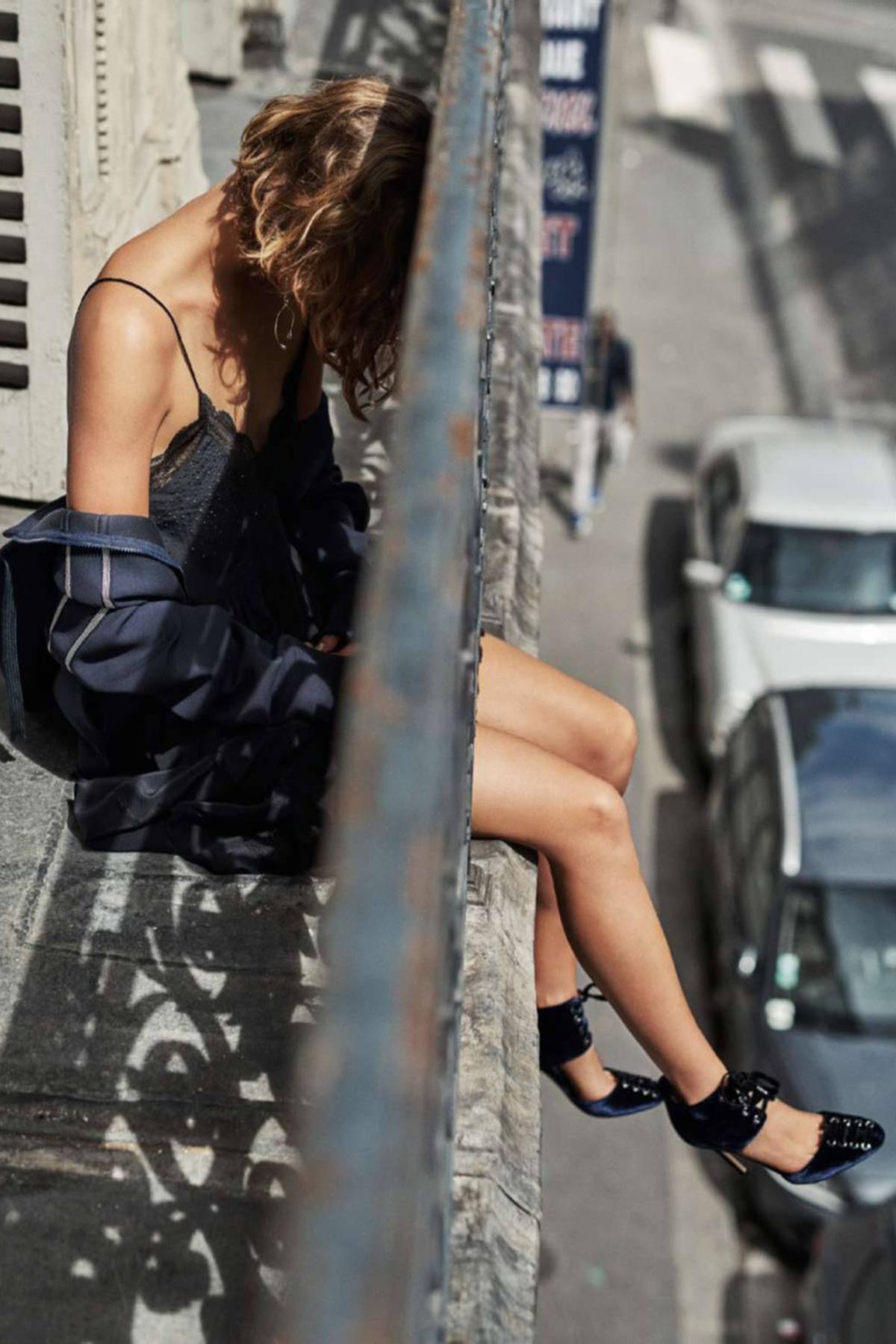 """куртка на молнии из неопрена,  шелковая комбинация, Zadig & Voltaire; серьги из металла и горного хрусталя, Louis Vuitton; босоножки """"Mari"""",  Jimmy Choo"""