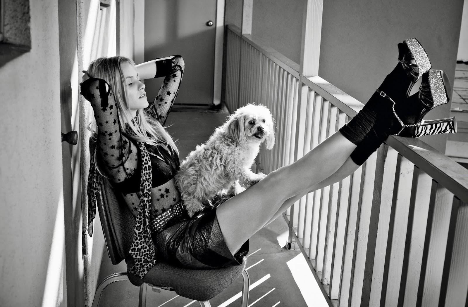 топ, юбка, пояс, шарф, босоножки, Saint Laurent par Hedi Slimane; бюстгальтер, Intimissimi; гольфы, Dim