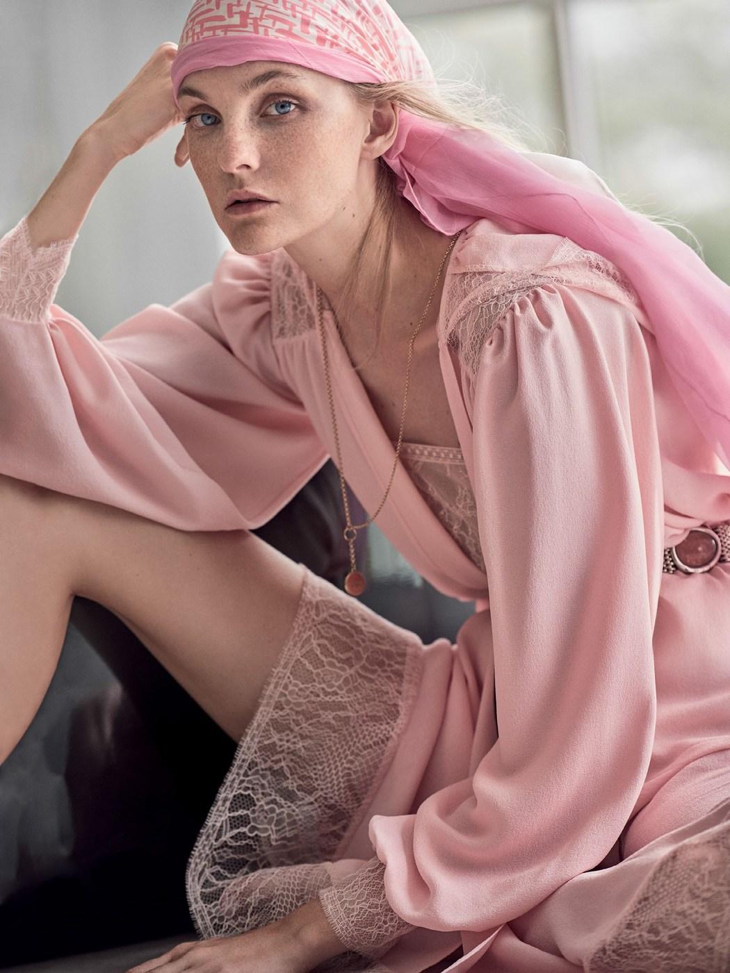 пальто из шелкового крепа, платье из креп-жоржета, Chanel; шарф, Charvet; ожерелье, Foundrae; пояс, Perez Sanz
