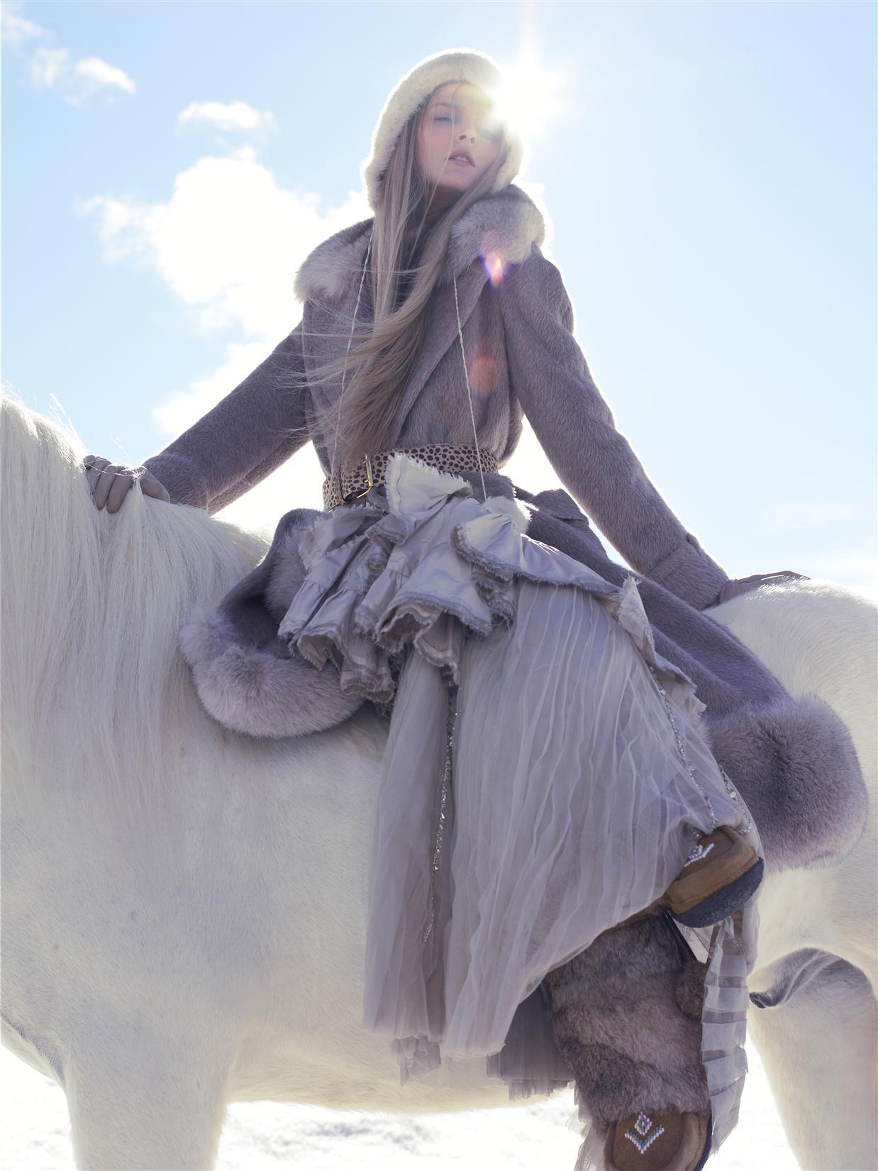 пальто, шапка Max Mara; платье, Alberta Feretti; пояс, Oscar de la Renta; перчатки, LaCrasia Gloves; сапоги, Manitobah Mukluks
