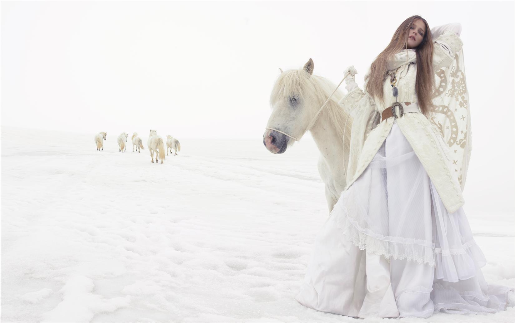 пальто, палантин, платье, Yves Saint Laurent; ремень, колье, Véronique Leroy; перчатки, Emporio Armani