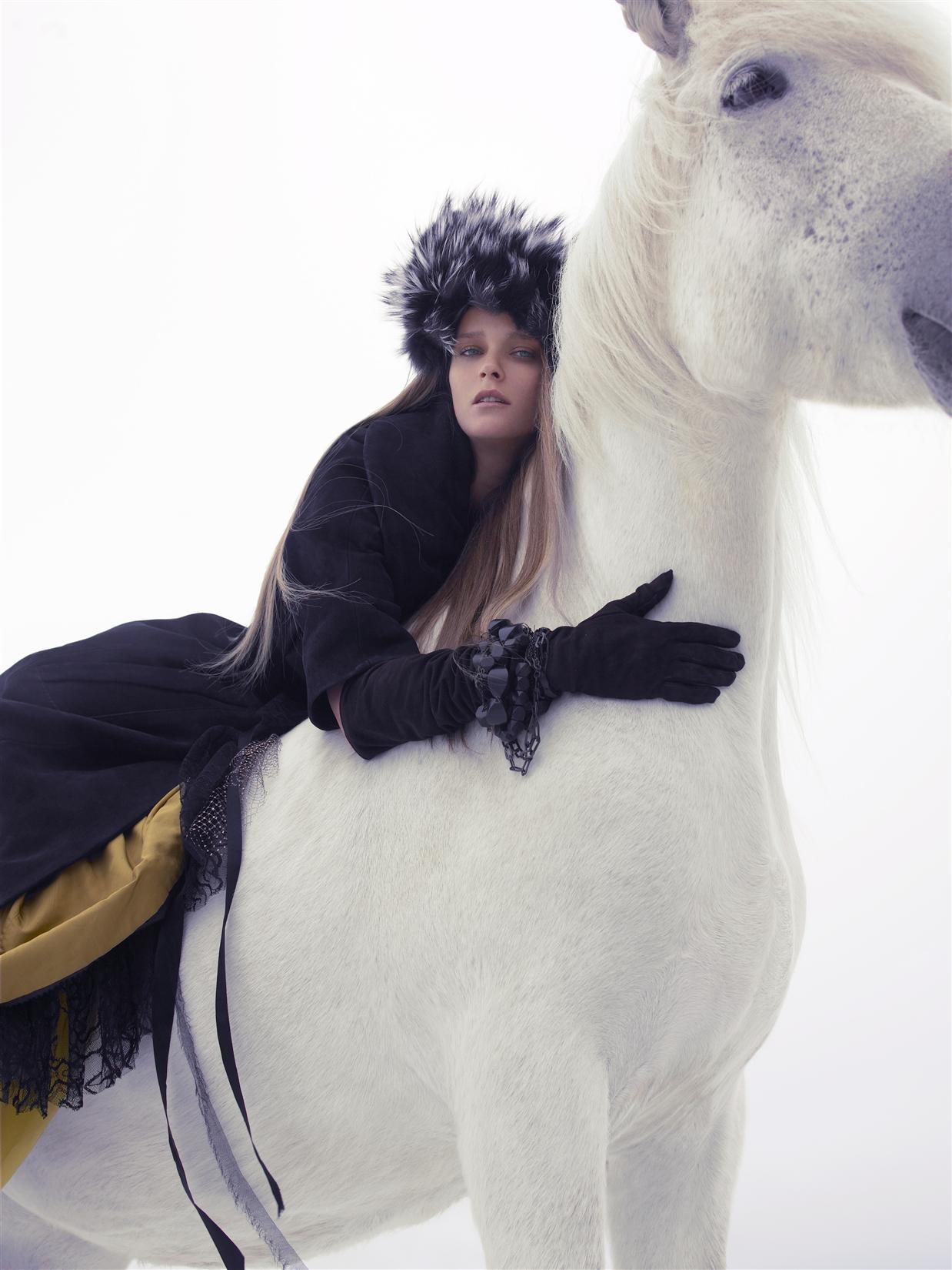 пальто, платье, Marc Jacobs; шапка, Marc by Marc Jacobs; перчатки и колье, надетое как браслет, Louis Vuitton