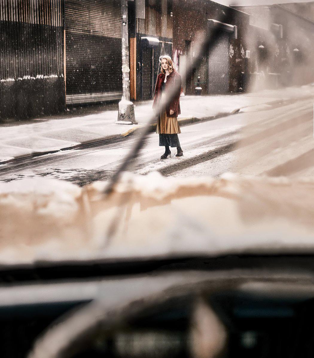 пальто, Dolce&Gabbana; водолазка, Victoria Hayes; платье, Free People; юбка, Smallable; туфли, Kate Spade; шляпа из меха норки, Yves Salomon; брошь, собственность стилиста; колготки, Wolford