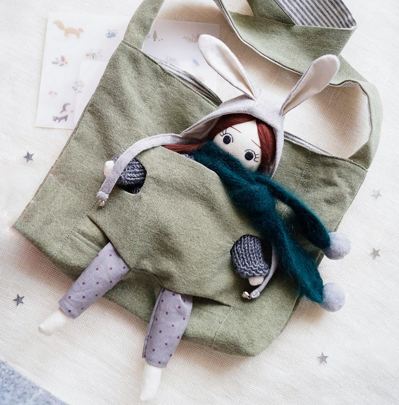 Кукла и сумка для переноски, хлопок,  наполнитель холлофайбер,  акриловая пряжа, лен, рост куклы 25 см