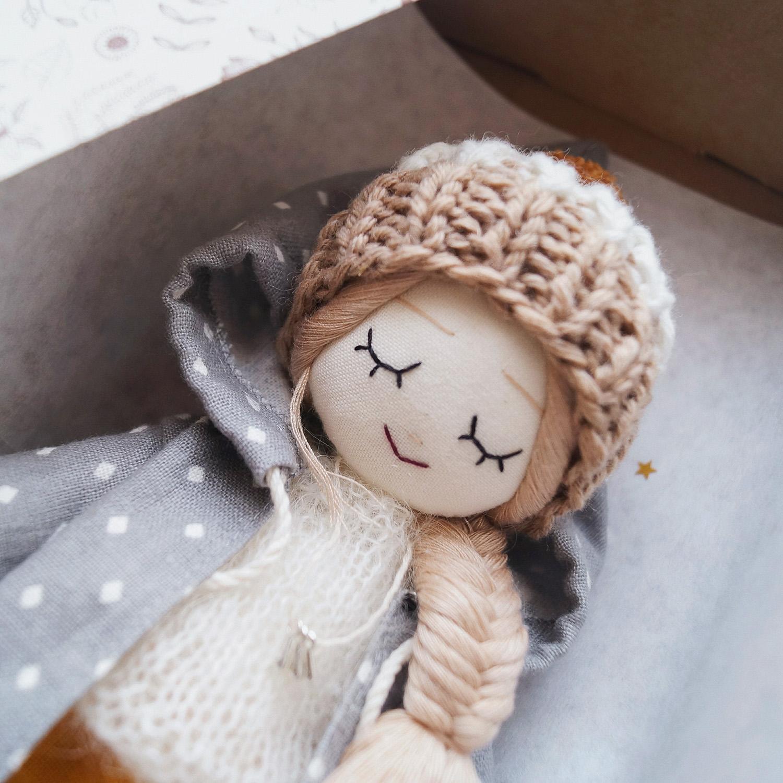 """Куколка """"Леруша"""" с мечтательным лицом и закрытыми глазками, хлопок,  наполнитель холлофайбер, мохеровая и мериносовая пряжа, лен, 25 см"""
