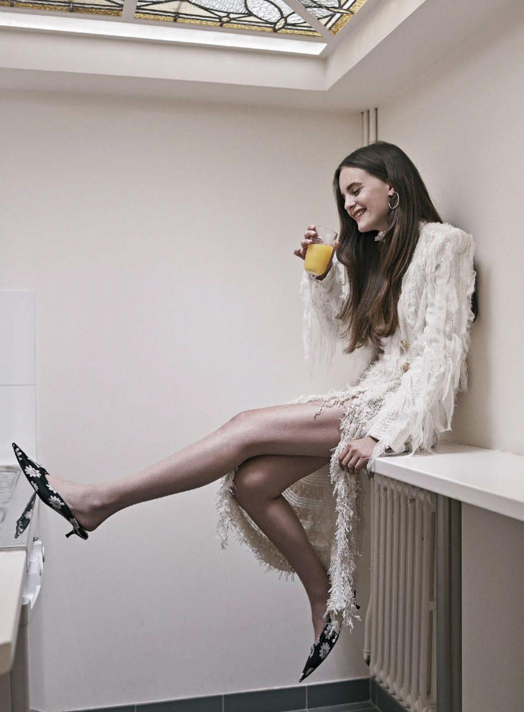 жакет, юбка с бахромой, Balmain; туфли с цветочном принтом, Balenciaga; серьги, Cartier