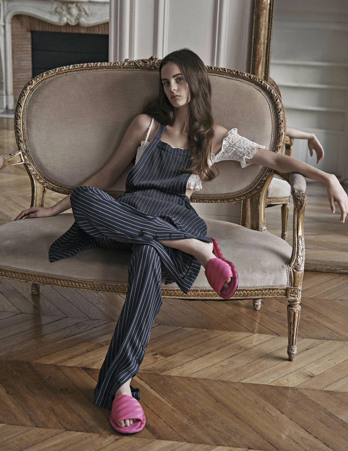 комбинезон, асимметричный топ, Altuzarra; домашние туфли из шелка, Balenciaga