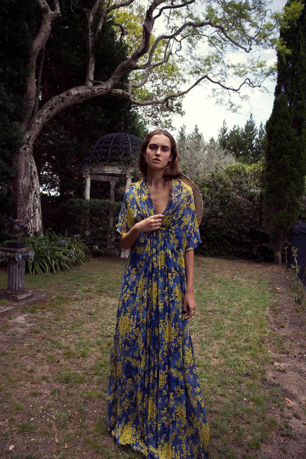 платье, Max Mara; шляпа, Lack of Сolor; здесь и далее - кольцо на большом пальце, Kerry Rocks
