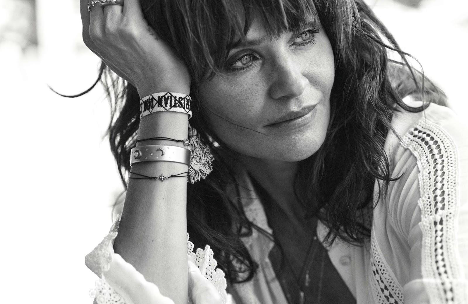 блузка, The Kooples; тканый браслет, Dior; браслеты, Eye M by Ileana Makri; кольца, Chrome Hearts