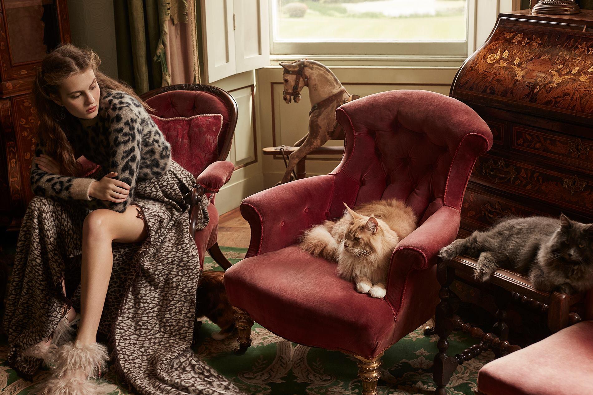 джемпер из мохера, юбка из шерсти, Max Mara; серьги с кристаллами, Atelier Swarovski by Tabitha Simmons;  босоножки с мехом барашка, Preen by Thornton Bregazzi