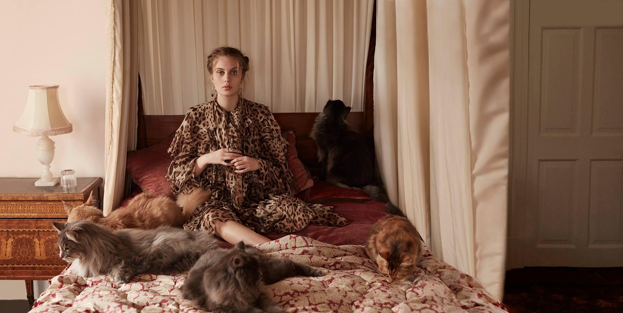 платье, пальто, Dolce & Gabbana; серьги из серебра, Soko; кольца, Dior Joaillerie