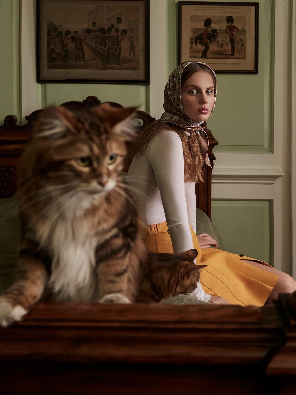 топ, юбка из кожи, Tod's; шарф из шелка, Jane Carr