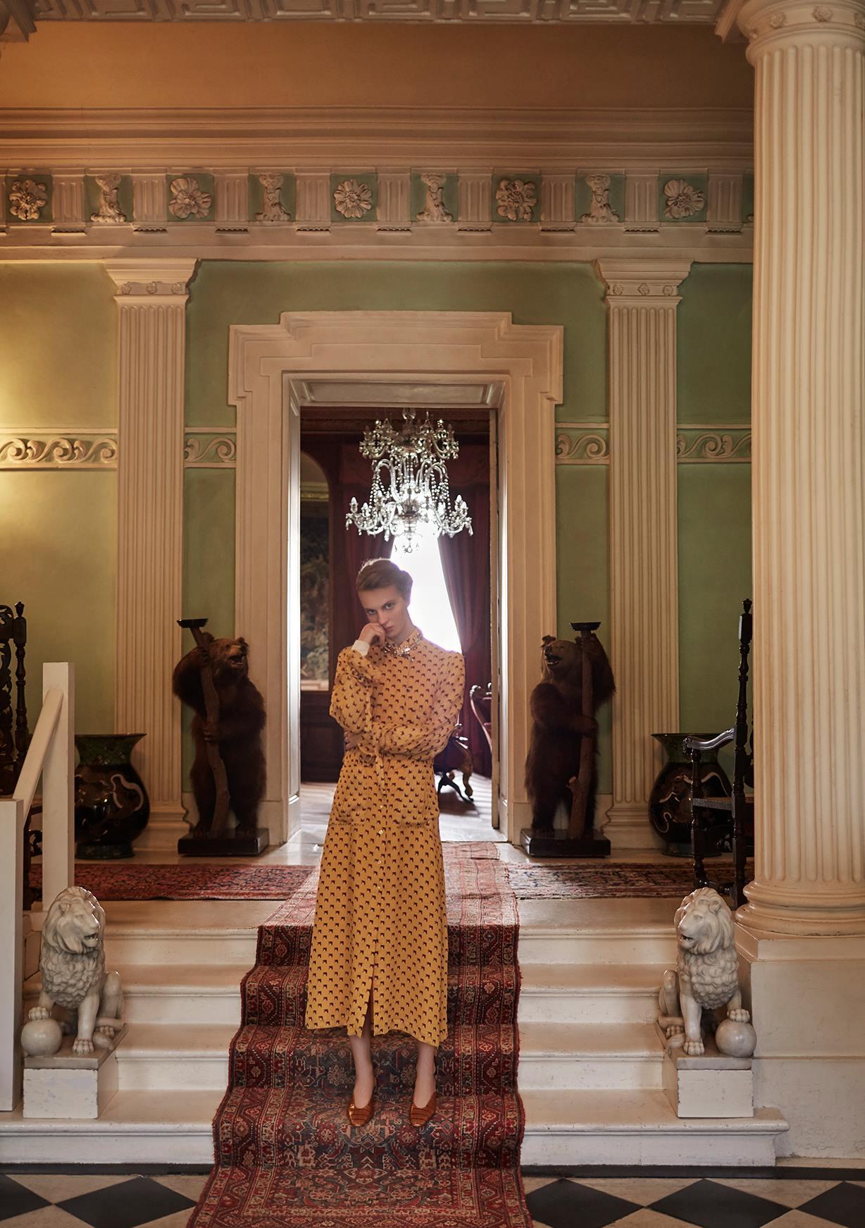 платье, Hermès; ожерелье из серебра, Eshvi; босоножки, Mulberry
